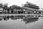 Chinese tourists vitsit Tiananmen Gate after a rain in Beijing July 10, 2006.