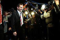 03 NOV 2005, BERLIN/GERMANY:<br /> Matthias Platzeck, SPD, Ministerpraesident Brandenburg, auf dem Weg zu einer Sitzung des SPD Praesidiums, vor der Nominierung eines neuen SPD Praesidiums durch den SPD Parteivorstand, Willy-Brandt-Haus<br /> IMAGE: 20051102-01-005<br /> KEYWORDS: Journalist, Mikrofon, microphone, Kamera, Camera,