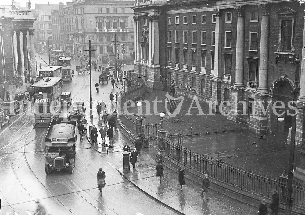 Trams and traffic on Dublin's College Green, 1920s. The Bank of Ireland is visible to the left. (Part of the Independent Newspapers Ireland/NLI Collection) (Part of the Independent Newspapers Ireland/NLI Collection)