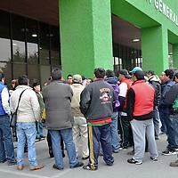 Toluca, México.- Mario Medina, décimo quinto regidor de Toluca, acompañado por comerciantes de la Central de Abastos, en conferencia de prensa señalaron que si no dejan salir a sus compañeros detenidos en la PGJEM serraran el acceso a la central de abastos. Agencia MVT / José Hernández