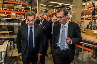 Nicolas Sarkozy a passe la journee du 12 mai dans la Metropole de Lyon. &nbsp;<br /> Il a choisi l'Est lyonnais pour conclure son deplacement et s&rsquo;est rendu a Vaulx-en-Velin pour visiter l'entreprise Sorhea ou il a tenu une table ronde &quot;sur le theme de la securite et de la defense&quot;. A 17h, il s&rsquo;est rendu a Decines pour rencontrer des maires rhodaniens et leurs adjoints.A 18:00 il avait rendez-vous avec ses partisans pour une dedicace et un discours lors de la fete de la circonscription au complexe sportif Agora de Jonage
