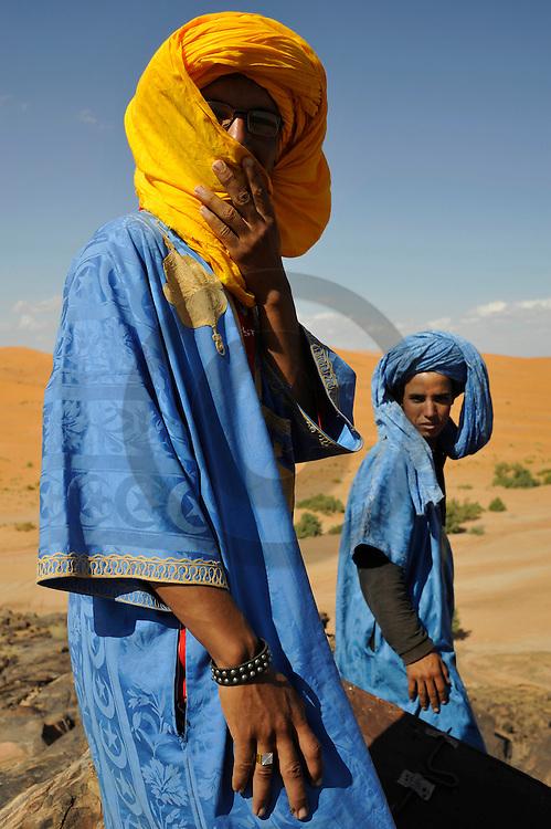 24/09/09 - MERZOUGA - PROVINCE D ERRACHIDIA - MAROC - Berbere dans l Erg CHEBBI et les dunes de Merzouga. Sud Est Marocain - Photo Jerome CHABANNE