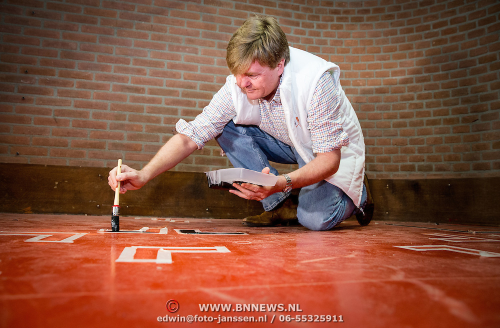 Koninklijke Familie neemt deel aan NLdoet, de landelijke vrijwilligersdagen van het Oranje Fonds. // Royal Family participates in NLdoet, the national volunteer days of the Orange Fund.<br /> <br /> Op de foto / On the photo:  Koning Willem-Alexander helpt bij het verven van het dorpshuis //// King Willem-Alexander helps with painting the townhouse