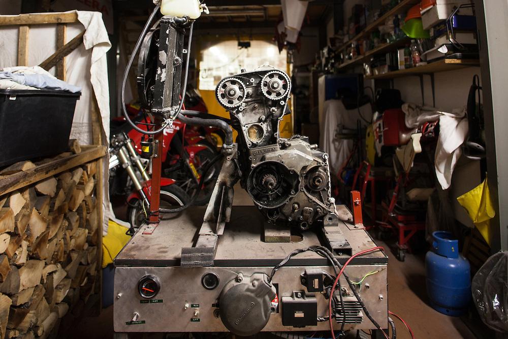 L'officina di Vittorio &quot;Liba&quot; Libanori. Questo &egrave; il banco prova motori. Qui prova il funzionamento dei motori.<br /> Artigianale, come poteva non esserlo!