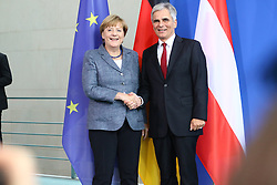 15.09.2015, Bundeskanzleramt, Berlin, GER, Flüchtlingskrise in der EU, Gipfeltreffen Deutschland und Oesterreich, im Bild Abschliessendes Haendeschuetteln zwishcen Oesterreichs Bundeskanzler Werner Faymann (SPOe, re.) und Deutschlands Bundeskanzlerin Angela Merkel (CDU, li.) // attend a joint press conference following talks about the refugee crisis at the Bundeskanzleramt in Berlin, Germany on 2015/09/15. EXPA Pictures © 2015, PhotoCredit: EXPA/ Eibner-Pressefoto/ Hundt<br /> <br /> *****ATTENTION - OUT of GER*****
