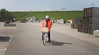 Den Haag - Op bouw van het promodorp voor het WK Hockey op de terreinen rond het Kyocera Stadion. FOTO KOEN SUYK