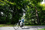 In Den Haag rijden fietsers door het park Clingendael.<br /> <br /> In The Hague cyclists ride at the Clingendael park.