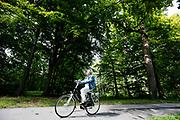 In Den Haag rijden fietsers door het park Clingendael.<br /> <br /> In The Hague cyclists ride at the Clingendael park.