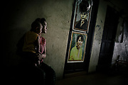 Woman Burmese migrant and her baby daughter in Samut Sakhon walks through the hallway of her building. Tenements that house Burmese workers in the Thai fishing industry in Samut Sakhon.                                   Une migrante birmane et sa petite fille à Samut Sakhon traversent le couloir de son immeuble. Logements qui abritent des travailleurs birmans de l'industrie de la pêche thaïlandaise à Samut Sakhon