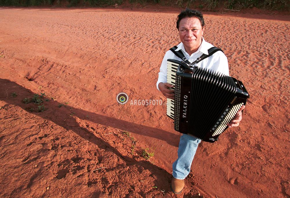 """Atibaia; SP; Brasil; 23/03/2002; Fotos para o cd do cantor Dominguinhos Chegando de Mansinho./ Singer Dominguinhos pictures for """"Chegando de Mansinho"""" CD cover. .Foto:© Adri Felden/Argosfoto..www.argosfoto.com.br.agencia@argosfoto.com.br"""