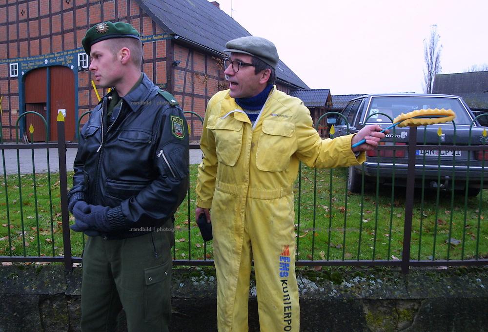 Während der Proteste gegen einen anstehenden Castortransport ins niedersächsische Gorleben versucht ein Kabarettist ein Gespräch  mit einem Polizisten. Deren Gestik allerdings ist eindeutlig..