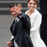 Toluca, Méx.- Enrique Peña Nieto, gobernador del Estado de Mexico y la señora Angelica Rivera, luego de contraer nupcias en la catedral de esta ciudad. Agencia MVT / Mario Vazquez de la Torre. (DIGITAL)