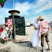 """Nederland, Amsterdam , 20 augustus 2011..Het Magneetfestival heeft een nieuwe locatie en datum. Het festivalterrein is een maand lang te bezoeken op de Oostpunt in stadsdeel Amsterdam-Oost. Het terrein is van 19 augustus tot 11 september iedere dag open. Twee weekenden worden door de organisatie zelf geprogrammeerd. De rest van het programma komt tot stand in samenwerking met externe partijen en met name de bezoekers. Of eigenlijk deelnemers, zoals de organisatie het zelf graag noemt..Initiatiefnemer Jesse Limmen vertelt over de nieuwe locatie: """"Dit terrein ligt op het moment braak en de gemeente Amsterdam heeft het terrein een culturele bestemming gegeven. Isis (nachtburgemeester Amsterdam, dj) hoorde hiervan en bracht ons in contact met de gemeente. We zijn de komende jaren in ieder geval verzekerd van een terrein."""" .Op de foto de stand van z.g. Egostreling waar mannen hun ego kunnen laten strelen..Foto:Jean-Pierre Jans"""