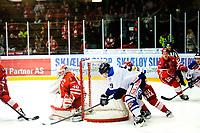 Ishockey , 19. Januar 2014, GET-Liga ,<br /> Vålerenga Hockey - Sparta Warriors<br /> Spartas Henrik Malmstrom forsøker seg på en wrap-around på Stjernenkeeper Henrik Haukeland<br /> Foto: Sjur Stølen , Digitalsport