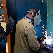 Nederland Rotterdam 6 februari 2009 20090206 Foto: David Rozing.Leerlingen VMB Noordrand college, studie richting techniek. .lijntjes lassen, rechte lijn lassen..Dutch students technique technic technical, basic education, holland, student, students, , pupils, technique,  boys, boy, .....Foto: David Rozing
