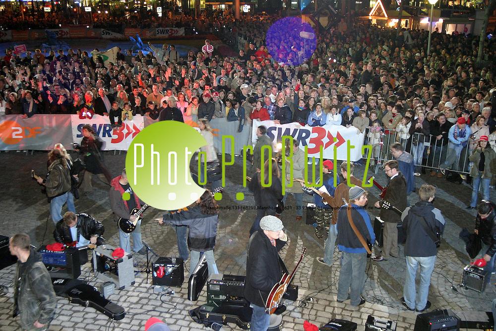 Mannheim. Wasserturm. ZDF Show &quot;Wetten,dass..?&quot; Die Stadtwette wird von Owe Ochsenknecht pr&auml;sentiert. Tausende kommen und wollen mit dabei sein. Weit mehr, als die 250 geforderten Gitarristen kommen.<br /> <br /> Bild: Markus Pro&szlig;witz<br /> ++++ Archivbilder und weitere Motive finden Sie auch in unserem OnlineArchiv. www.masterpress.org ++++
