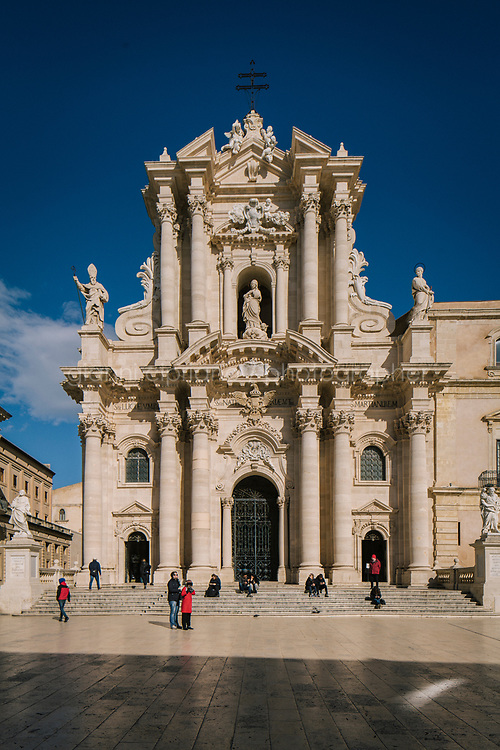 SIRACUSA (SR) - 22 MARZO 2018: Il Duomo di Siracusa, a Siracusa il 22 marzo 2018. <br /> <br /> Siracusa &egrave; considerata tra le citt&agrave; pi&ugrave; ospitali d'Italia.<br /> <br /> ###<br /> <br /> SIRACUSA, ITALY - 22 MARCH 2018: The cathedral of Siracusa, in Siracusa, Italy, on March 22nd 2018.<br /> <br /> Siacusa is considered one of the most coziest Italian cities.