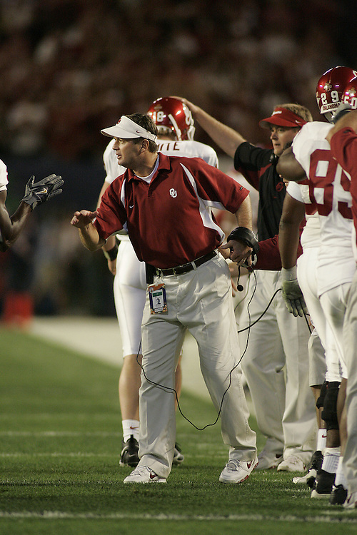 University of Oklahoma head coach Bob Stoops talks to his team during USC's 55-19 victory over OU on January 4, 2005 in the FedEx Orange Bowl at Pro Player Stadium in Miami, Florida.