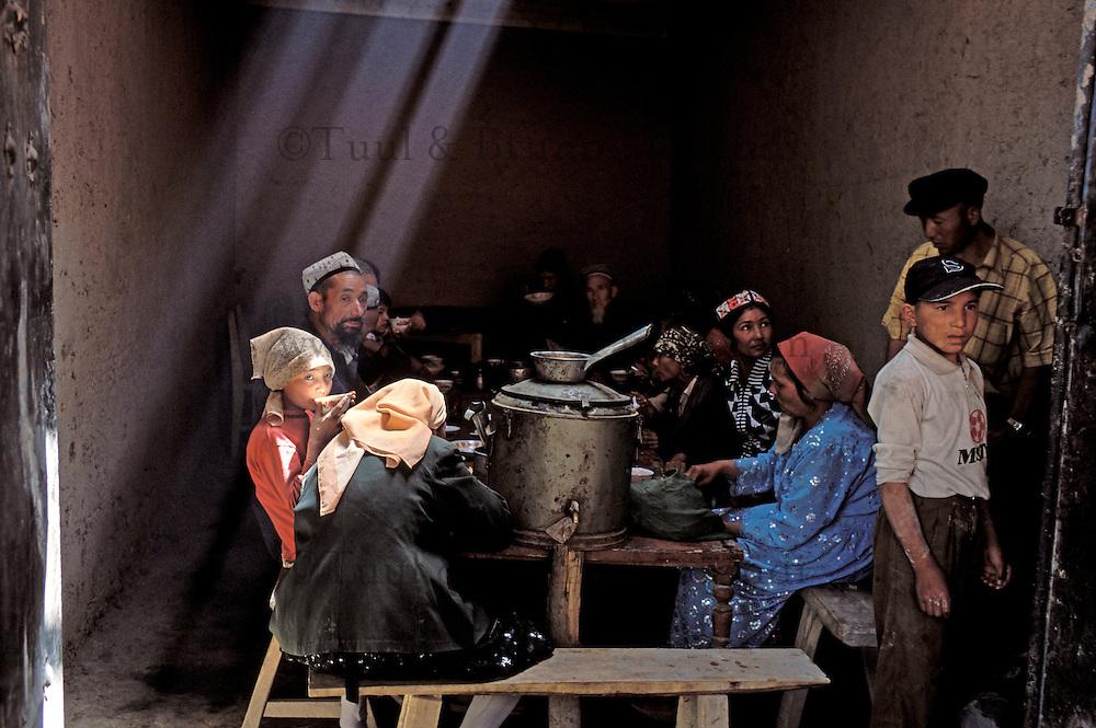 Chine. Province du Sinkiang (Xinjiang). Kashgar (Kashi). Bazar de la vieille ville. Population Ouigour. Restaurant. // China. Sinkiang Province (Xinjiang). Kashgar (Kashi). Old city bazar. Ouigour population. Restaurant.