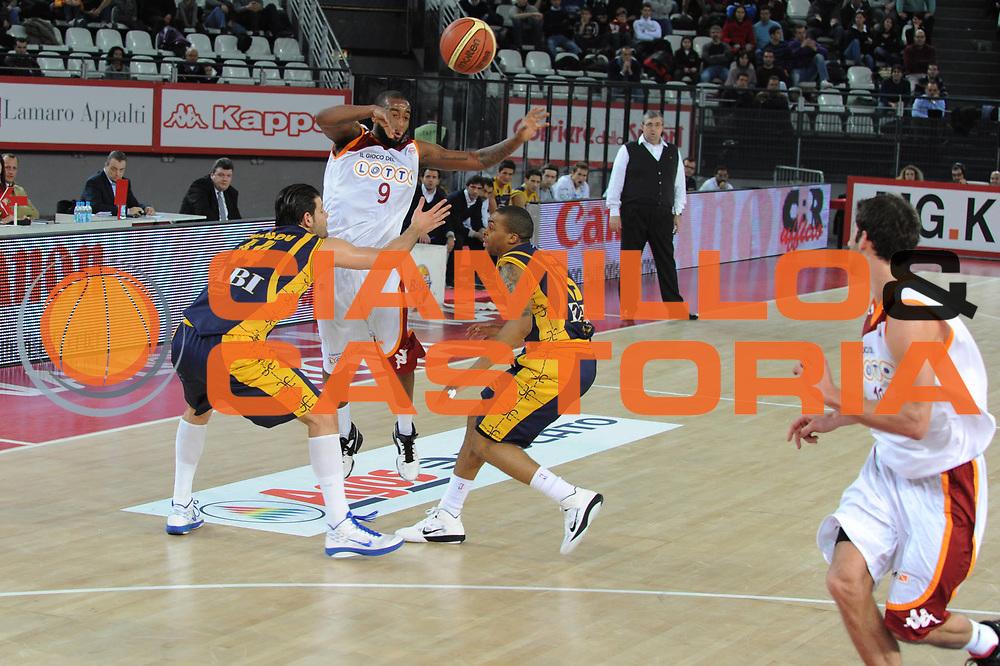 DESCRIZIONE : Roma Lega A 2010-11 Lottomatica Virtus Roma Fabi Shoes Montegranaro <br /> GIOCATORE : Darius Waschington matteo Boniciolli<br /> SQUADRA : Lottomatica Virtus Roma Fabi Shoes Montegranaro<br /> EVENTO : Campionato Lega A 2010-2011 <br /> GARA : Lottomatica Virtus Roma Fabi Shoes Montegranaro<br /> DATA : 06/01/2011<br /> CATEGORIA : Passaggio<br /> SPORT : Pallacanestro <br /> AUTORE : Agenzia Ciamillo-Castoria/GiulioCiamillo<br /> Galleria : Lega Basket A 2010-2011 <br /> Fotonotizia : Siena Lega A 2010-11 Lottomatica Virtus Roma Fabi Shoes Montegranaro<br /> Predefinita