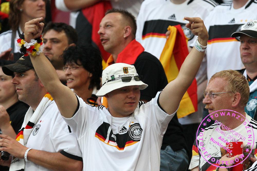 KLAGENFURT 08/06/2008.Euro 2008 - Group B.GERMANY v POLAND.GERMAN FAN GESTERS TO POLISH FANS ..*****************.FOT. PIOTR HAWALEJ / WROFOTO