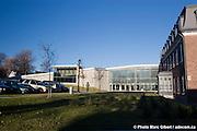 Bibliothèque de Charlesbourg, des architectes Marie-Chantale Croft et Éric Pelletier. Bâtiment durable, efficacité énergétique basée sur la géothermie et le plus grand toit végétal au Québec (1830 mètres carrés), 7950, 1re Avenue, Québec, Canada, 2007, 10, 25, © Photo Marc Gibert / adecom.ca