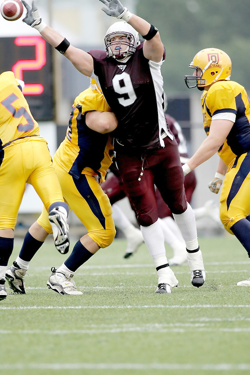 (06/10/2007--Ottawa) University of Ottawa Gees Gees men's football team defeating the Queen's University Golden Gaels 13-12. The player photographed in action is Sébastien Tétreault