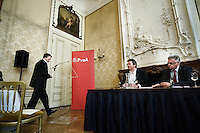 """Nederland. Den Haag, 1 juni 2007. <br /> De Commissie-Vreeman presenteert haar rapport over de gang van zaken die heeft geleid tot verlies van negen Kamerzetels bij de Tweede-Kamerverkiezingen van 2006 . """"De scherven opgeveegd.""""<br /> Foto Martijn Beekman NIET VOOR TROUW, AD, TELEGRAAF, NRC EN HET PAROOL"""