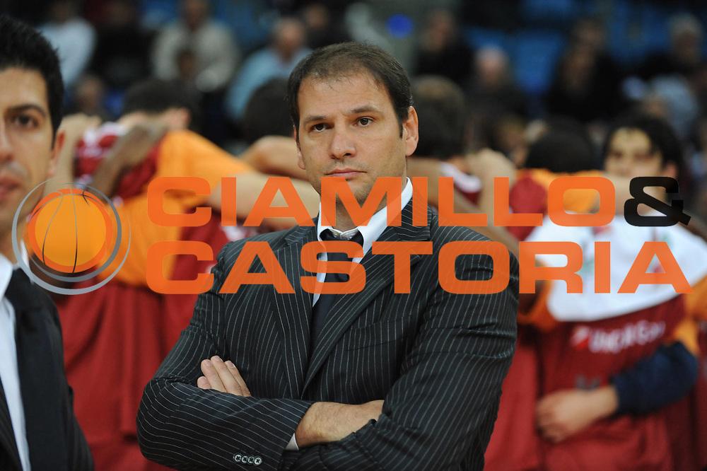 DESCRIZIONE : Pesaro Lega A 2009-10 Basket Scavolini Spar Pesaro Lottomatica Virtus Roma <br /> GIOCATORE : Ferdinando Gentile<br /> SQUADRA : Lottomatica Virtus Roma<br /> EVENTO : Campionato Lega A 2009-2010<br /> GARA : Scavolini Spar Pesaro Lottomatica Virtus Roma<br /> DATA : 15/11/2009<br /> CATEGORIA : Delusione  Coach<br /> SPORT : Pallacanestro<br /> AUTORE : Agenzia Ciamillo-Castoria/G.Ciamillo<br /> Galleria : Lega Basket A 2009-2010 <br /> Fotonotizia : Pesaro Campionato Italiano Lega A 2009-2010 Scavolini Spar Pesaro Lottomatica Virtus Roma <br /> Predefinita :
