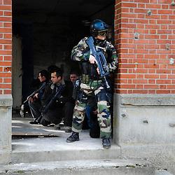 """Intervention des Commandos Parachutistes de l'Air du COS dans le cadre de l'exercice final """"Evacuation d'autorité en situation dégradée"""" du stage TEASS organisé par le GIGN pour les gendarmes mobiles appelés à assurer la sécurité en ambassades.<br /> un Commando Parachutiste de l'Air assure la sécurité des évacués en attendant l'arrivée de l'hélicoptère"""