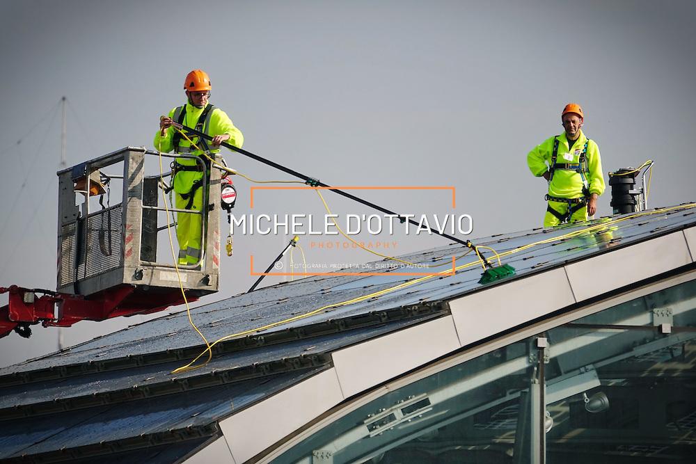 Lavori di pulizia dei copertura fotovoltaica della Stazione Porta Susa di TORINO