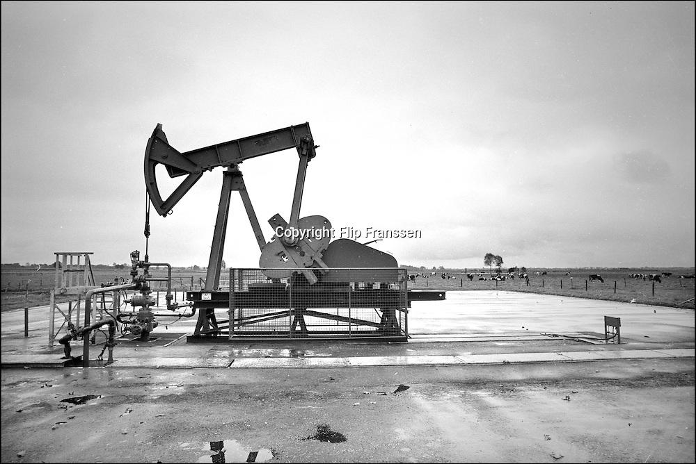 Nederland, Schoonebeek, 15-10-1985<br /> Jaknikker in Schoonebeek. Door de NAM gebruikt om olie op te pompen uit de grond. Onder Schoonebeek en omgeving zit het grootste olieveld van het vaste land van Europa . Tot 1996 werd hier met deze techniek olie gewonnen,  maar de winning was met de jaknikkertechniek niet meer rendabel. <br /> Netherlands, Schoonebeek, 1985<br /> Pump jacks known as nodding donkeys in the oil field by Schoonebeek. All pumpjacks disappeared from the landscape .