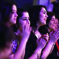 Nederland, amsterdam , 6 maart 2011..Turkse vrouwen luisteren opgetogen naar de Turkse zangeres Ozlem Ozdil tijdens de vrouwendagviering in podium Mozaiek.Foto:Jean-Pierre Jans