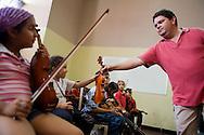 """""""Yo quiero ver una orquesta de niños tocando la Novena Sinfonía de Beethoven"""", anheló alguna vez el maestro, José Antonio Abreu. Hoy ese sueño, que quizá parecía inalcanzable, se ha convertido en parte de la cotidianidad venezolana. Como parte del proyecto Del pupitre al atril, que busca establecer un núcleo de Fesnojiv en todas las escuelas públicas del país, se instauró también otro espacio de gran importancia en la capital, se trata del núcleo de Sarría, ubicado en la Escuela Bolivariana José Martí. Para el momento existen en Venezuela cerca de 60 planteles que cuentan con el proyecto y es este Núcleo, en Sarría, el primero de su estilo: comenzó con 46 niños de las zonas aledañas y ahora cuenta con cuatro coros, cuatro orquestas, una estudiantina y varios ensambles. (Fotos/ivan gonzalez)"""
