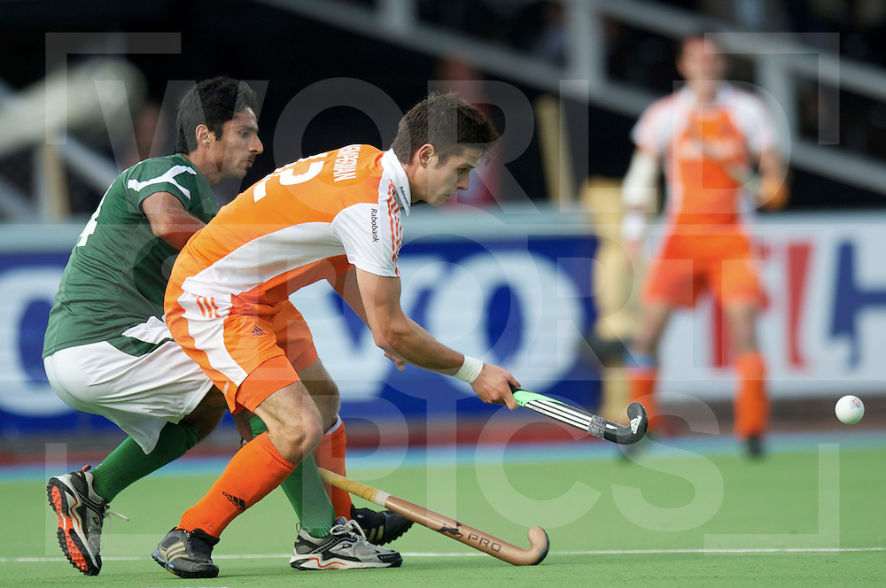 AMSTERDAM - Four Nation cup.Netherlands vs Pakistan.foto: Robert Kemperman (orange) and Fareed Ahmed(green)..FFU Press Agency  COPYRIGHT FRANK UIJLENBROEK