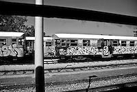 altre littorine viste dallll'interno dello scompartimento. Reportage che analizza le situazioni che si incontrano durante un viaggio lungo le linee ferroviarie delle Ferrovie Sud Est nel Salento