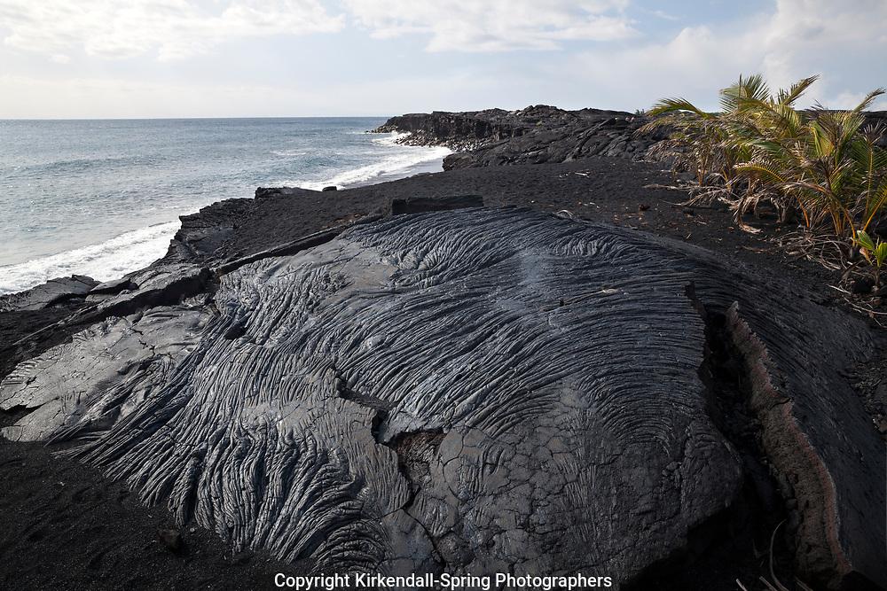 HI00354-00...HAWAI'I - Lava formation on the beach at Kaimu on the island of Hawai'i.