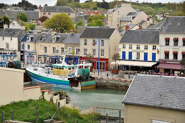 Frankrijk, Port en Bessin, 13-5-2013Een vissersboot ligt in de haven aan de kade in het centrum van deze kustplaats.