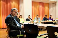 17 NOV 2010, BERLIN/GERMANY:<br /> Klaus Wowereit, SPD, Reg. Buergermeister Berlin, Besuch der Otto-Hahn Schule im Rahmen des Besuches des Berliner Stadtteils Neukoelln durch den Regierenden Buergermeister<br /> IMAGE: 20101117-01-056<br /> KEYWORDS: Neukölln