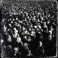 © Benjamin Girette / IP3 press : Kiev le 2 Fevrier 2014 : Des dizaines de milliers de manifestants anti Yanukovitch se rassemblent devant la scène installée place de l'indépendance pour écouter l'office religieux ou encore des discours des responsables de l'opposition anti Yanukovitch. La mobilisation ne faiblit pas depuis novembre dernier.