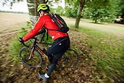 Een koerier stapt van zijn fiets bij een checkpoint. In Nieuwegein wordt het NK Fietskoerieren gehouden. Fietskoeriers uit Nederland strijden om de titel door op een parcours het snelst zoveel mogelijk stempels te halen en lading weg te brengen. Daarbij moeten ze een slimme route kiezen.<br /> <br /> A messenger jumps off his bike at a checkpoint. In Nieuwegein bike messengers battle for the Open Dutch Bicycle Messenger Championship.