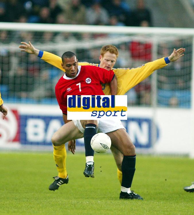 Fotball, 17. april 2002. Landskamp, Norge v Sverige 0-0. John Carew, Norge mot Michael Svensson, Sverige.
