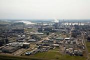 Nederland, Zeeland, Terneuzen, 04-07-2006; site van de chemische fabriek van Dow (Dow ChemicaCompany) aan de Westerschelde; in de achtergrond afgemeerde tanker voor LPG in de Braakmanhaven, links de afgedamde Braakmankreek; koeltoren met stoom,  vlam van een van de vlampijpen (of fakkels, veilgheidsvoorziening); de kraakinstallaties maken o.a. benzeen, ethyleen en propyleen (deze basischemicaliÎn worden verwerkt tot verschillende halffabrikaten die weer de bouwstenen voor verschillende kunststoffen vormen); plastic, chemicalien, industrie, scheikunde, fakkel, milieu, Zeeuws Vlaanderen; luchtfoto (toeslag); aerial photo (additional fee required); .foto Siebe Swart / photo Siebe Swart
