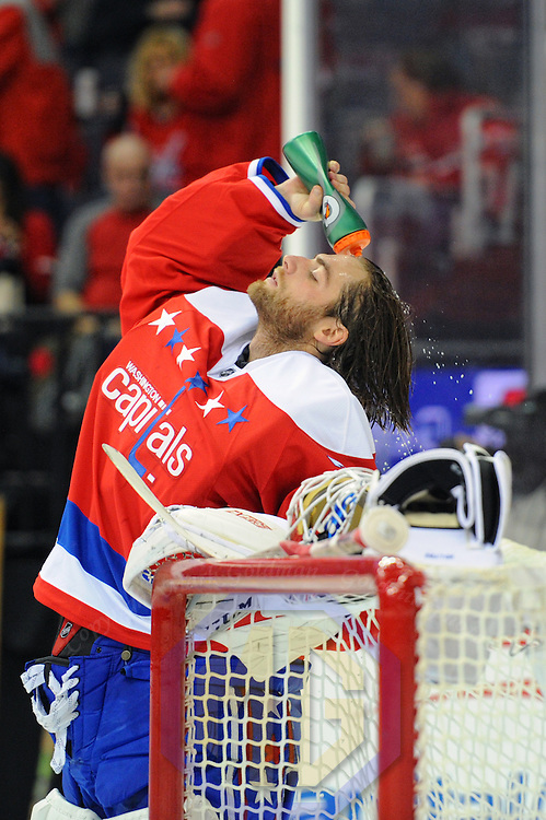 WASHINGTON, DC - NOVEMBER 03: Washington Capitals goalie Braden Holtby (70) pours water on his head at the start of the game against the Washington Capitals on November 3, 2016, at the Verizon Center in Washington, D.C.  (Photo by Mark Goldman/Icon Sportswire)