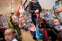 7 Novembre, 2008. Brooklyn, New York.<br /> <br /> Mamma e figli sono qui presenti al Lulu's Cuts &amp; Toys, una parruccheria per bambini e negozio di giocattoli a Park Slope, Brooklyn, NY. Park Slope, spesso definito dai newyorkesi come &quot;The Slope&quot;, &egrave; un quartiere nella zona ovest di Brooklyn, New York, e confinante con Prospect Park.  Park Slope &egrave; un quartiere benestante che ha il maggior numero di nascite, la qualit&agrave; della vita pi&ugrave; alta e principalmente abitato da una classe media di razza bianca. Per questi motivi molte giovani coppie e famiglie decidono di trasferirsi dalle altre municipalit&agrave; di New York a Park Slope. Dal punto di vista architettonico, il quartiere &egrave; caratterizzato dai brownstones, un tipo di costruzione molto frequente a New York, e da Prospect Park.<br /> <br /> &copy;2008 Gianni Cipriano for The New York Times<br /> cell. +1 646 465 2168 (USA)<br /> cell. +1 328 567 7923 (Italy)<br /> gianni@giannicipriano.com<br /> www.giannicipriano.com