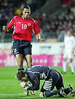 Fotball / Soccer<br /> Play off VM 2006 / Play off World Champio0nships 2006<br /> Tsjekkia v Norge 1-0<br /> Czech Republic v Norway 1-0<br /> Agg: 2-0<br /> 16.11.2005<br /> Foto: Morten Olsen, Digitalsport<br /> <br /> John Carew (Lyon) and Peter Cech (Chelsea)