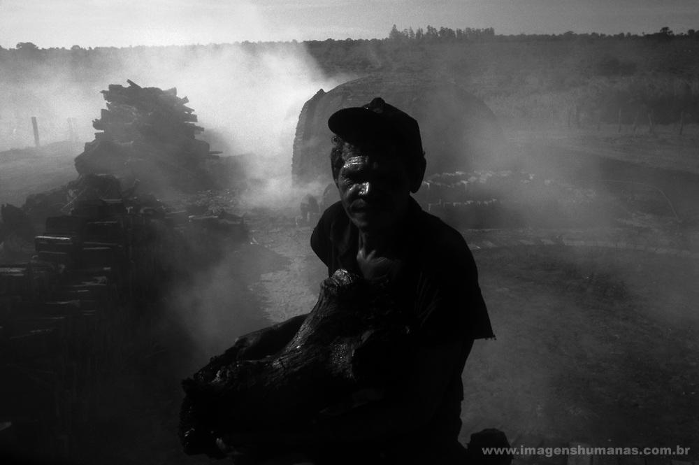 Trabalhador rural carvoeiro trabalha em condi