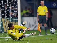 Fotball<br /> Tyskland<br /> Foto: Witters/Digitalsport<br /> NORWAY ONLY<br /> <br /> 22.04.2009<br /> <br /> Torwart Tim Wiese Bremen haelt Elfmeter von Jerome Boateng<br /> DFB-Pokal Halbfinale Hamburger SV - Werder Bremen 2:3 n. E.