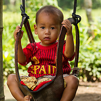 Indonésie, Petites îles de la Sonde Occidental, Lombok, Joben, enfant sur une balançoire // Indonesia, West Nusa Tenggara, Joben village, Young boy on a swing