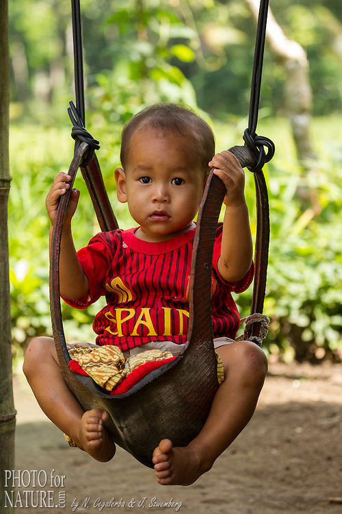 Indonésie, Petites îles de la Sonde Occidental, Lombok, Joben, enfant sur une balançoire // Indonesia, West Nusa Tenggara, Joben village, Young boy on a swing